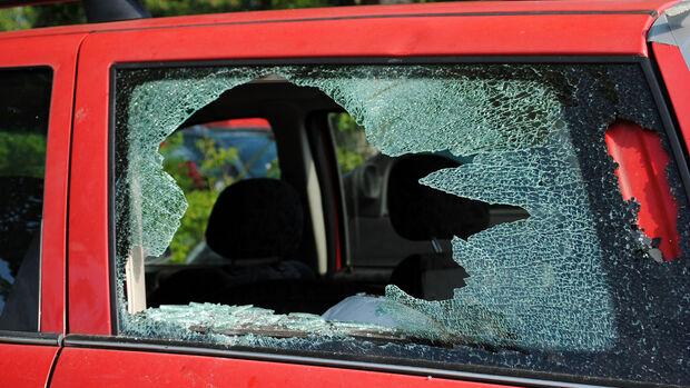 Scheibe eingeschlagen Hitze im Auto Sommerzeit