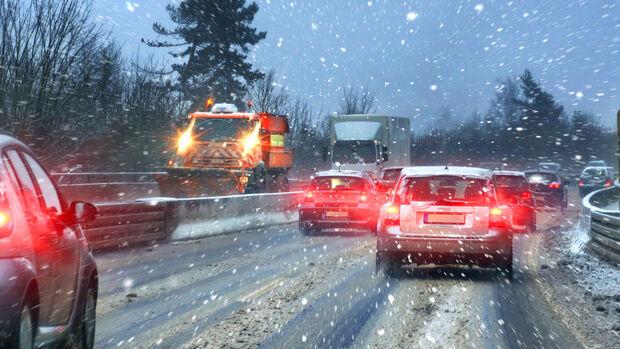 Schnee Winter Straße Autobahn Pkw Stau Räumdienst