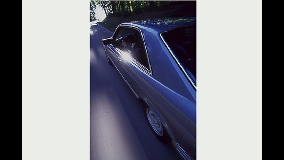Seitenansicht von schräg hinten eines Mercedes-Benz 380 SEC in Fahrt