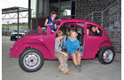 Sieben Mädels im VW Käfer