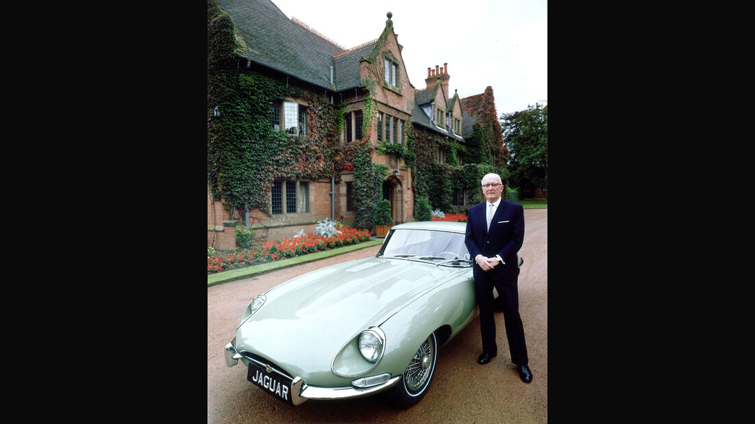 Sir William Lyons mit Jaguar E-Type