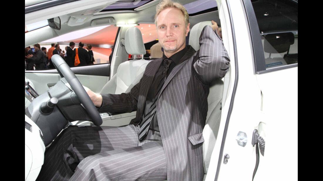 Sitzprobe auf der IAA 2011 in Frankfurt - Henning Busse im Toyota Prius Plus