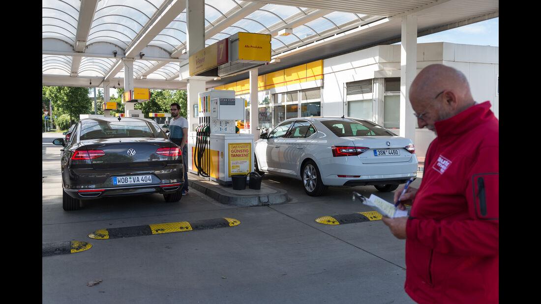 Skoda Superb 2.0 TSI, VW Passat 2.0 TSI, Tankstelle
