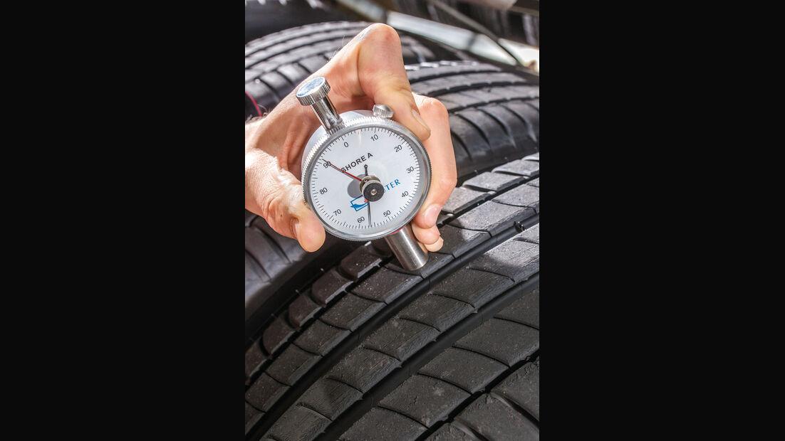 Sommerreifentest 2016 von auto motor und sport, Luftdruck-Prüfgerät