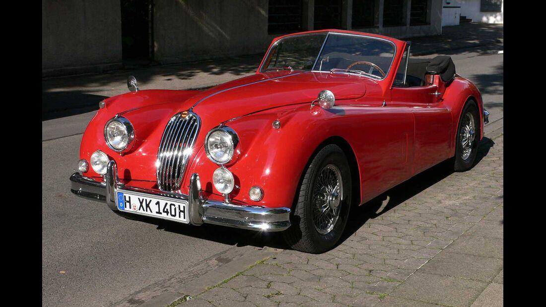 Startnummer 108: Dr. Thomas und Ursula Noth im Jaguar XK 140 DHC, 3,4 Liter, 6-Zyl. Reihe, 210 PS, Baujahr 1955.