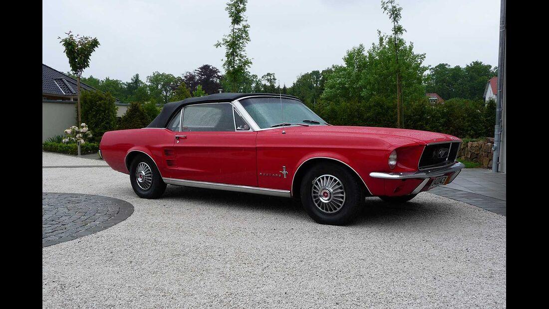 Startnummer 109: Wolfgang und Christiane Zender im Ford Mustang Convertible, 5 Liter, V8, 156 PS, Baujahr 1966.