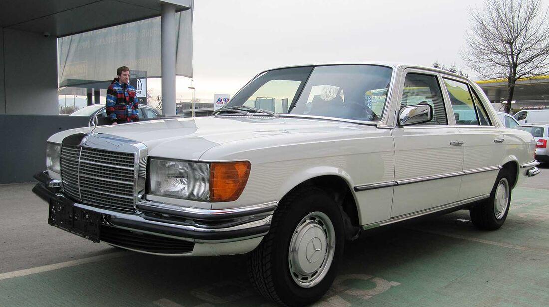 Startnummer 142: Martin und Rebecca Rauch im Mercedes-Benz 280 S, 2,8 Liter, 6-Zyl. Reihe, 160 PS, Baujahr 1976.