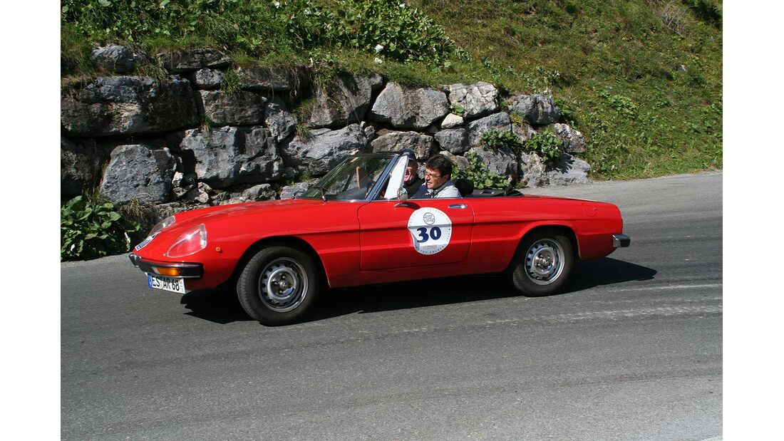 Startnummer 144: Gerhard Merkel im Alfa Romeo 2000 Spider, 2 Liter, 4-Zyl. Reihe, 131 PS, Baujahr 1977, Team Motor Klassik.