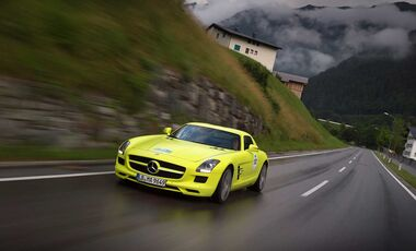 Startnummer 201: Team Daimler im Mercedes-Benz SLS AMG E-CELL, 552 kw, 250 km Reichweite.