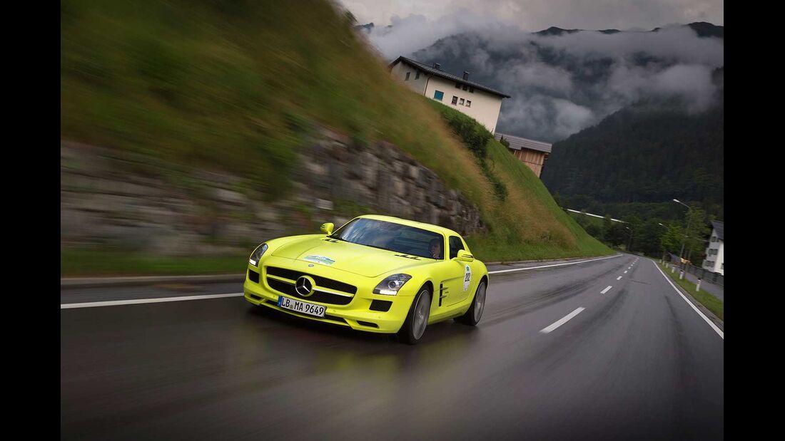 Startnummer 223: Team Daimler im Mercedes-Benz SLS AMG E-CELL, 552 kw, 250 km Reichweite.