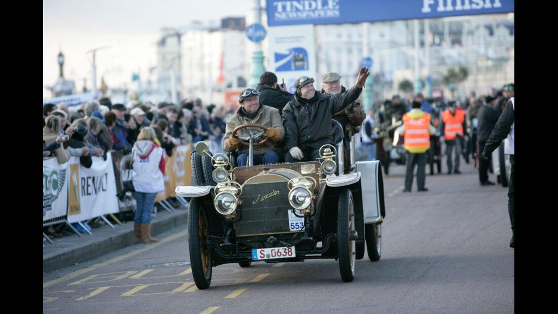 Stolze Teilnehmer im Mercedes am Finisch