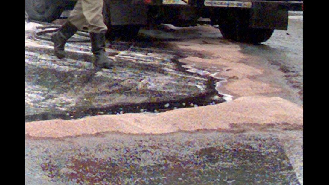 Straße ölverschmiert