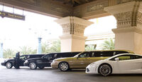 Stretch-Limousinen vor Hotel