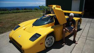 Surfer Robby Naish vor seinem Evans Sportwagen