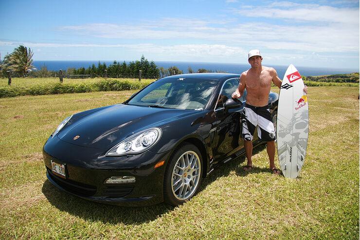Surfer Robby Naish vor seinem Porsche Panamera