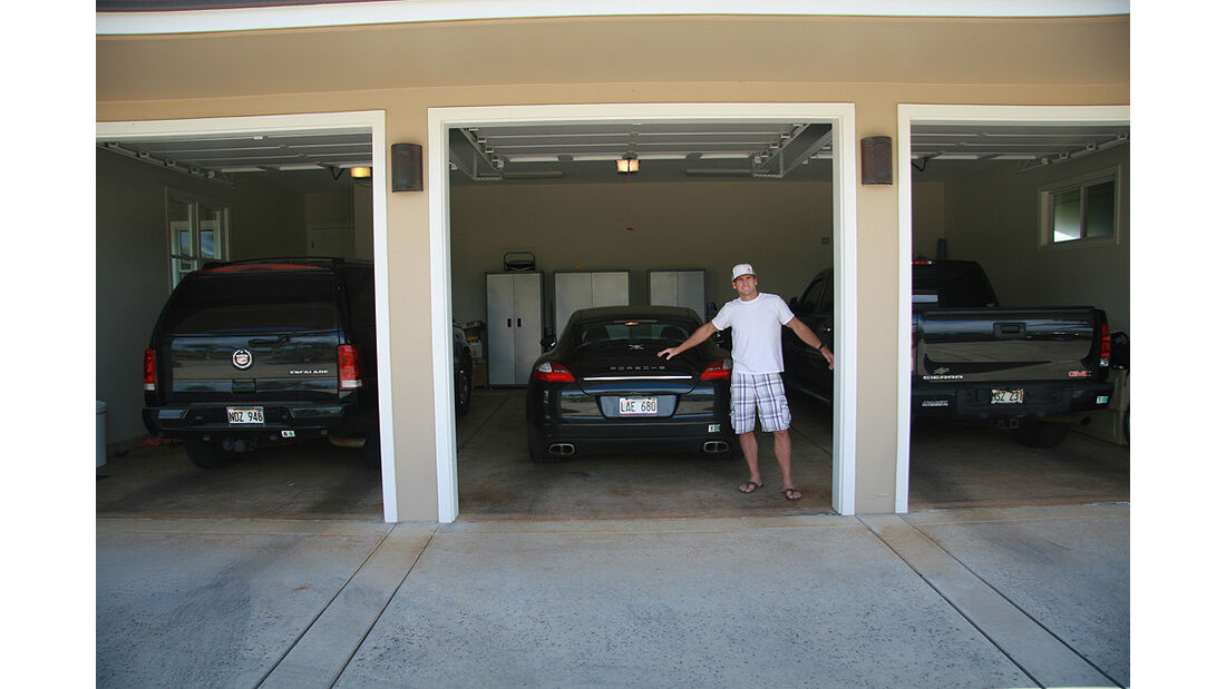 Surfer Robby Naish vor seiner Privatgarage, Cadillac Escalade Porsche Panamera, GMC Truck