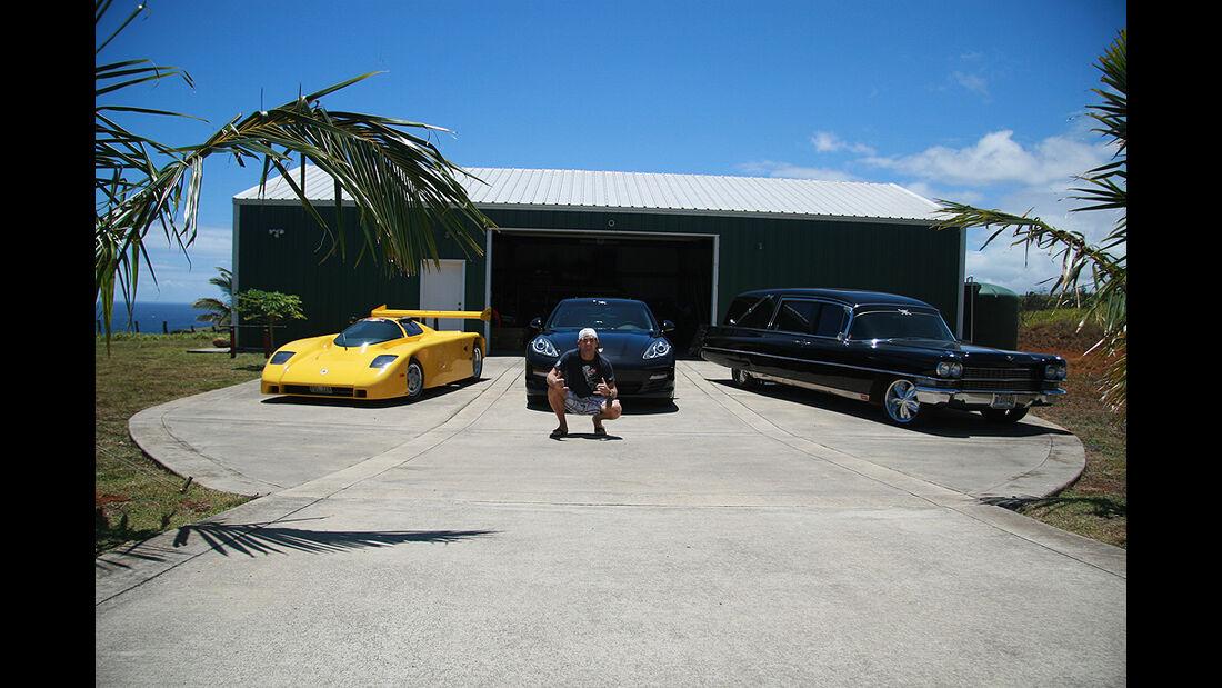 Surfer Robby Naish vor seiner Privatgarage, Evans, Porsche Panamera, Leichenwagen