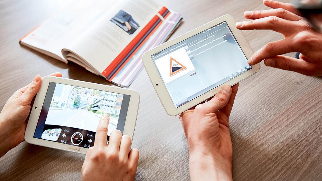 Tabletcomputer und Lernbuch