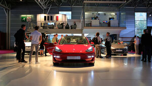 Tesla: Messestand Pariser Autosalon 2018