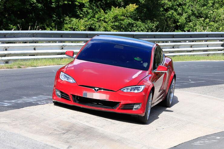 Probleme bei Tesla-Rekordjagd: Porsche Taycan zieht locker vorbei