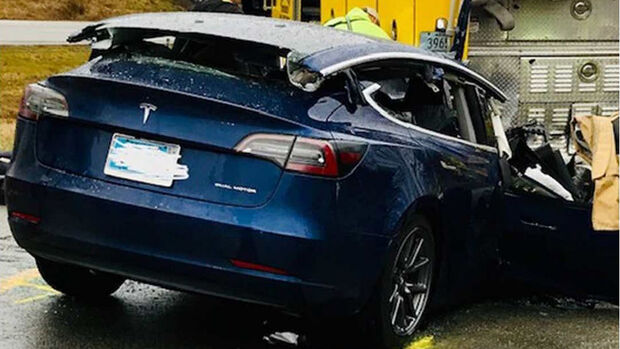 Tesla Model-S Unfall Indiana