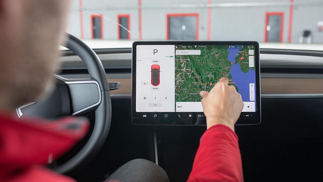 Tesla Model Y, Touchscreen