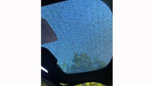 Tesla Model Y mit gebrochenem Heckklappen-Glas