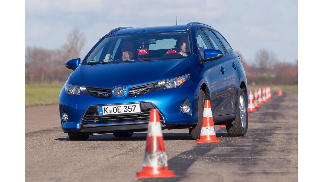Toyota Auris Touring Sports 2.0 D-4D, Frontansicht, Slalom