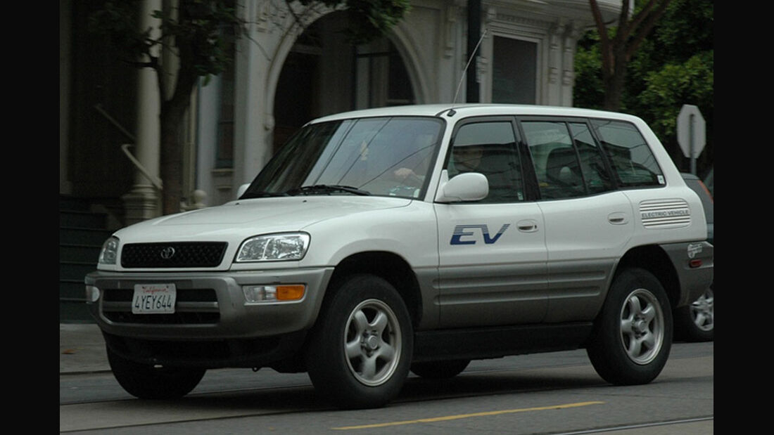 Toyota RAV4 EV schräg von der Seite