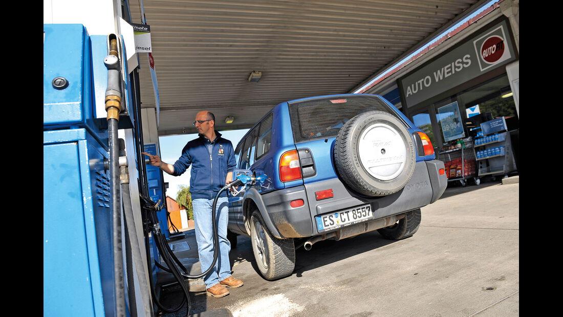 Toyota RAV4, Heck, Tankstelle