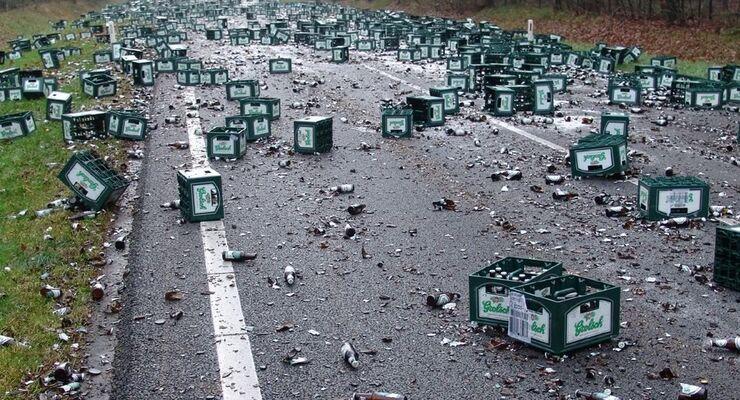 Unfall - Kaputte Bierflaschen auf Straße