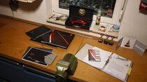 Unterlagen und Modellauto auf Schreibtisch - Alfa Romeo 8C