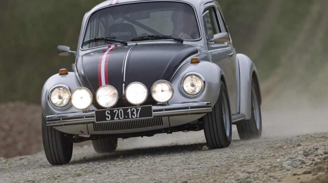 VW 1303 Rallye, Frontansicht, Scheinwerfer an, Gelände