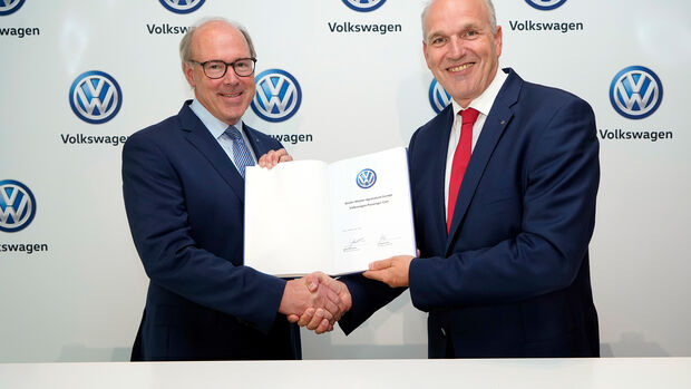 VW Autokauf Vertriebsvorstand Jürgen Stackmann und EDC-Präsident Dr Matti Pörhö