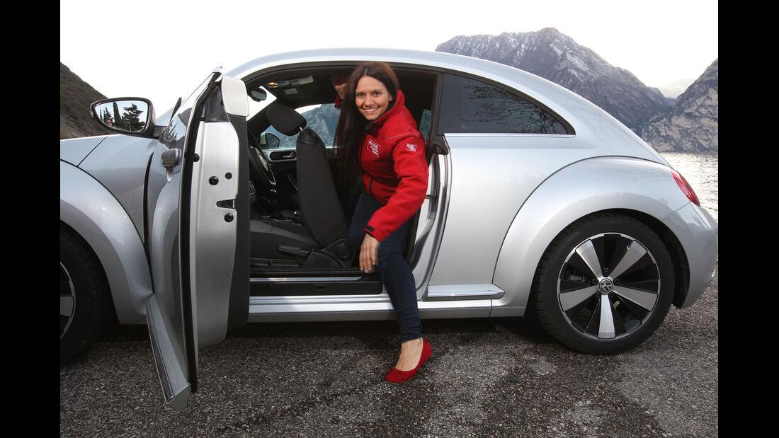 VW Beetle 2.0 TDI Design, Rücksitz, Aussteigen