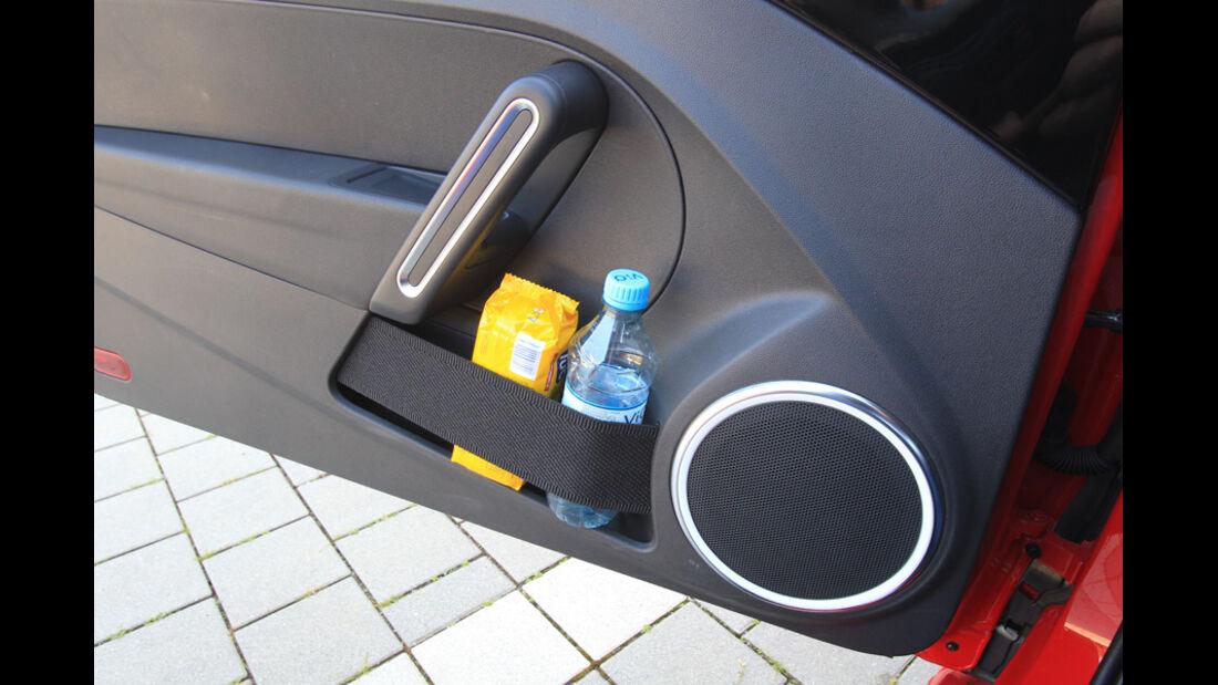 VW Beetle 2.0 TSI, Ablagemöglichkeiten, Trinkhalter