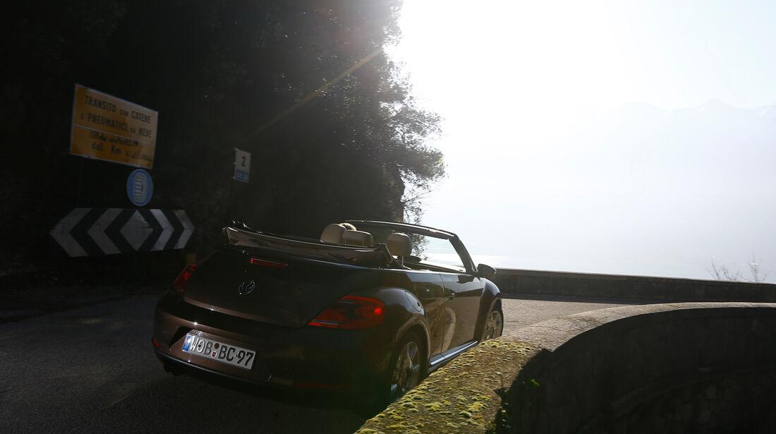 VW Beetle Cabrio 2.0 TDI, Heckansicht, Kurvenfahrt