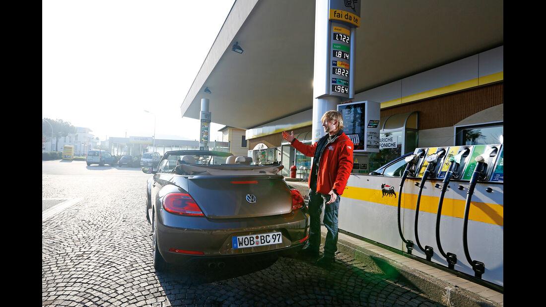 VW Beetle Cabrio 2.0 TDI, Heckansicht, Tankstelle