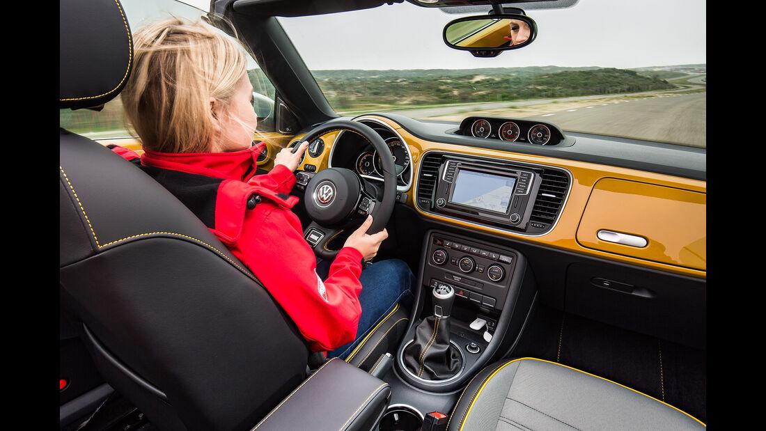 VW Beetle Dune Cabrio Cockpit fahrend mit Fahrer