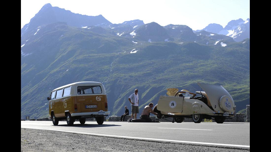 VW Bus Bulli und Peugeot 402 Eclipse mit Reifenpanne - Silvretta Classic 2010