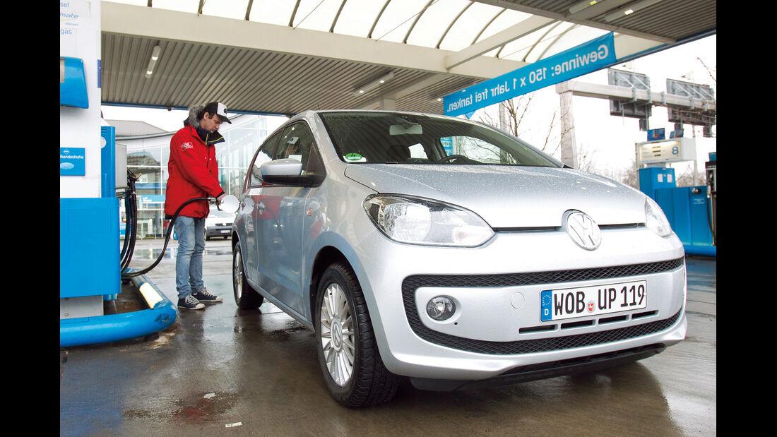 VW Eco Up, Frontansicht, Tankstelle