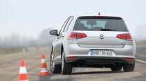VW Golf 1.4 TSI, Heckansicht, Slalom
