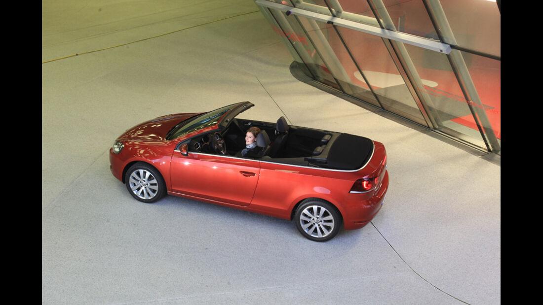 VW Golf Cabrio 1.4 TSI, Seitenansicht, Verdeck öffnet sich, Abschluss