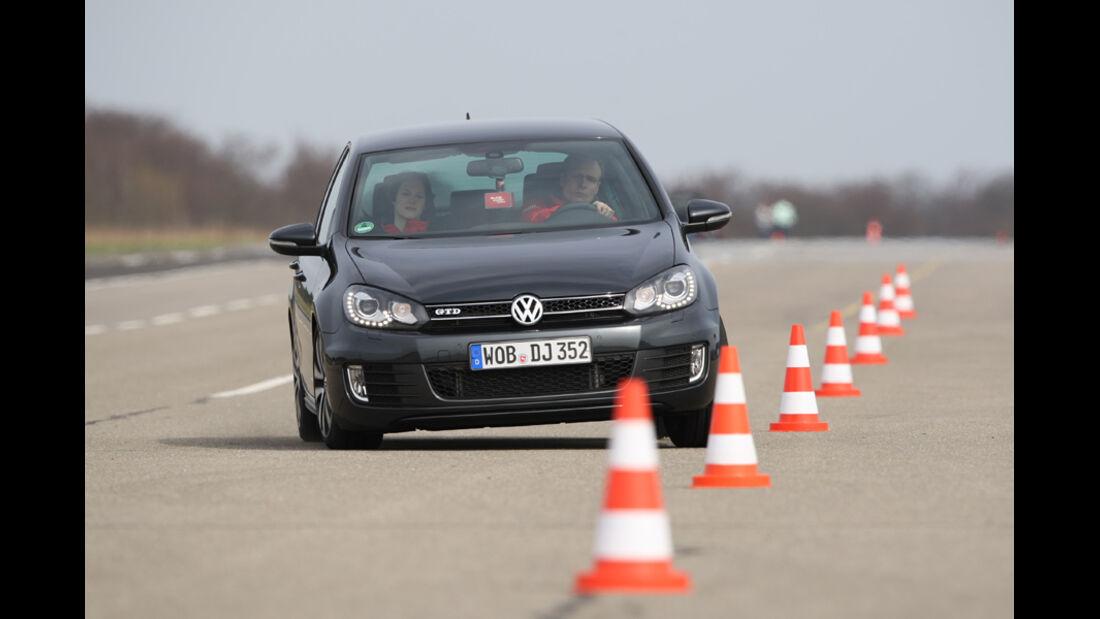 VW Golf GTD, Frontansicht, Pylonen