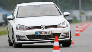 VW Golf GTI Performance, Frontansicht, Slalom