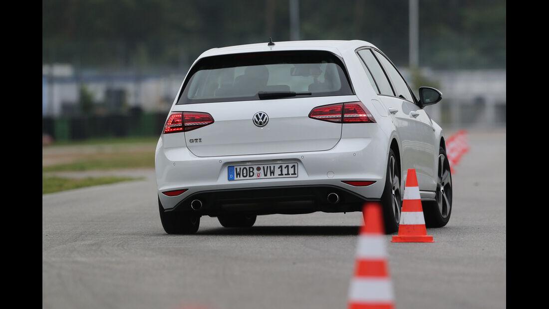 VW Golf GTI Performance, Heckansicht, Slalom