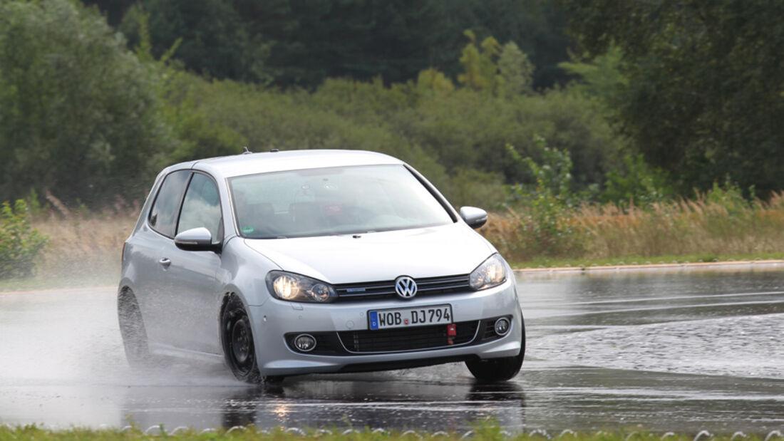VW Golf, Nässe, Kurvenfahrt