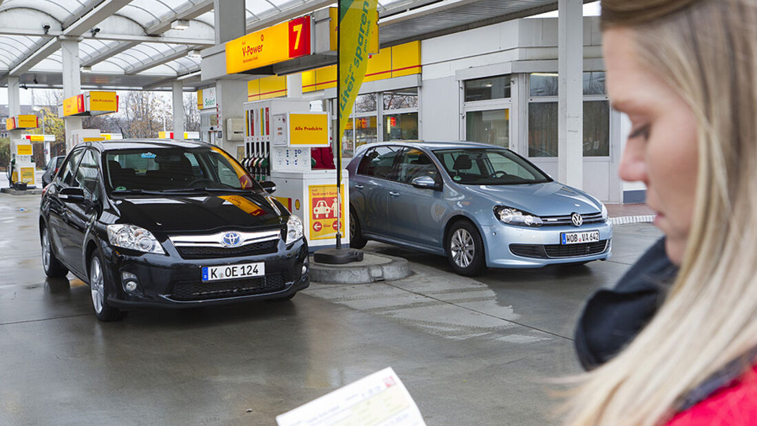 VW Golf TDI Blue Motion, Toyota Auris HSD Tankstelle