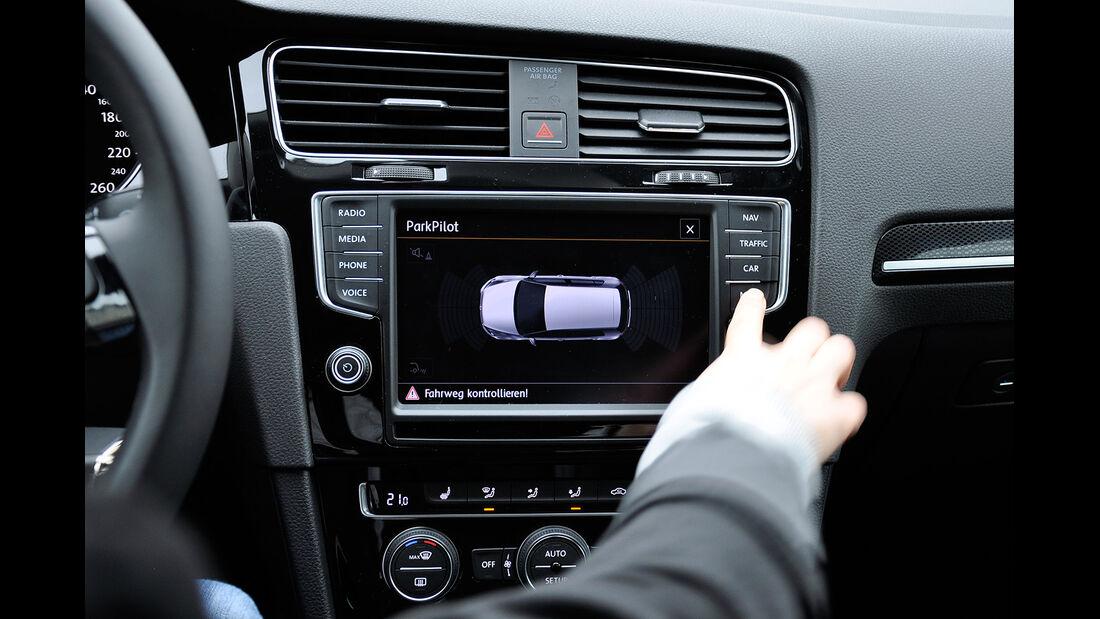 VW Golf VII, Innenraum, Infotainmentsystem, Parkpilot