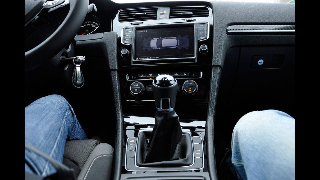 VW Golf VII, Innenraum, Mittelkonsole, Schalthebel